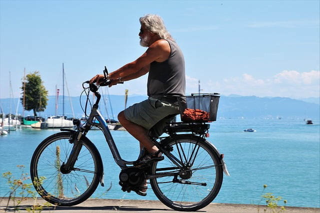 vélo électrique avec un homme au bord de la plage