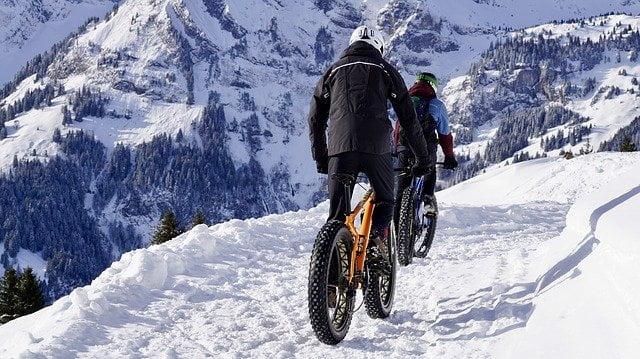 Fatbike électrique dans la neige