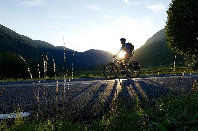 vélo électrique coucher de soleil