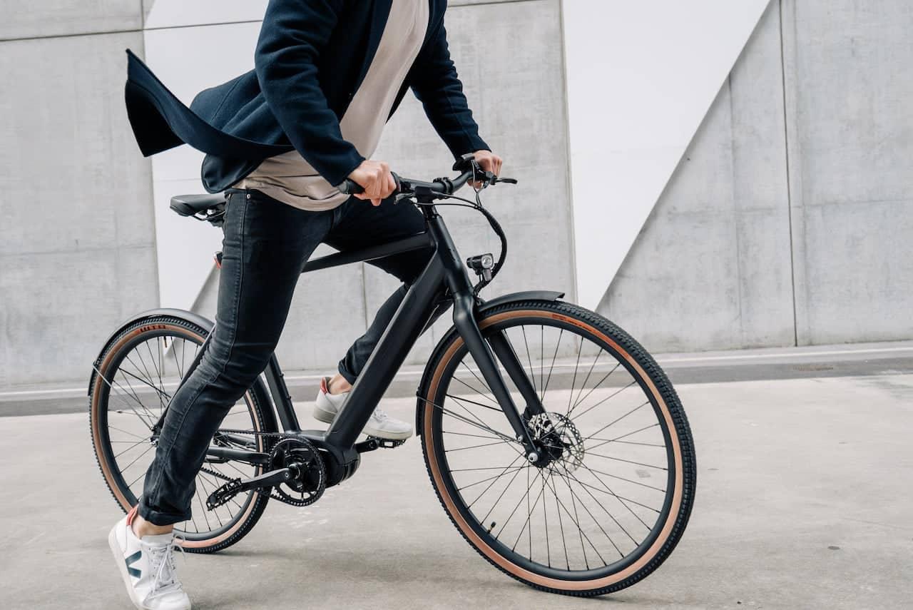 Vélo tout chemin électrique noir