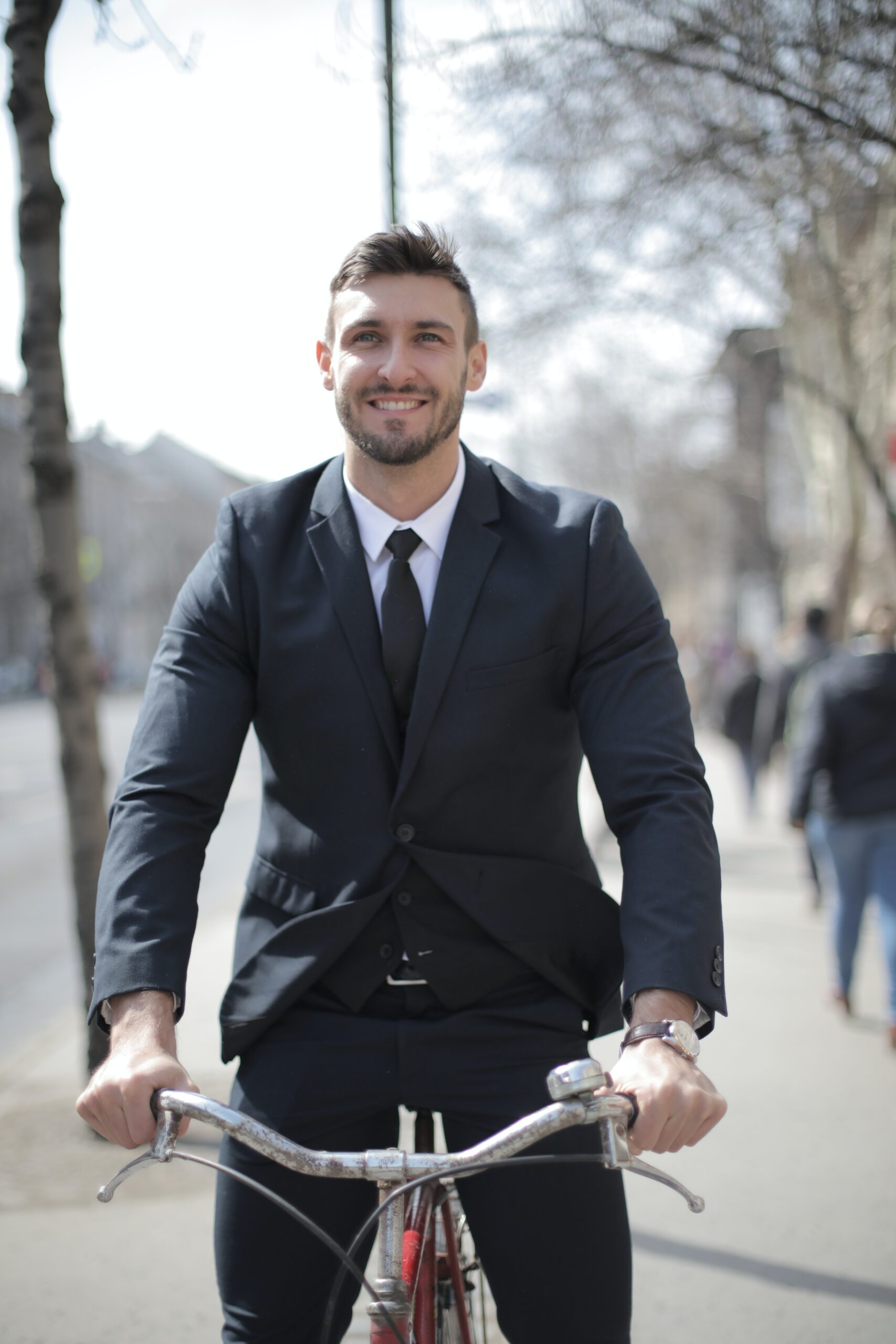 vélo électrique pour homme en costard