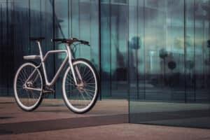 Vélo Angell devant un immeuble