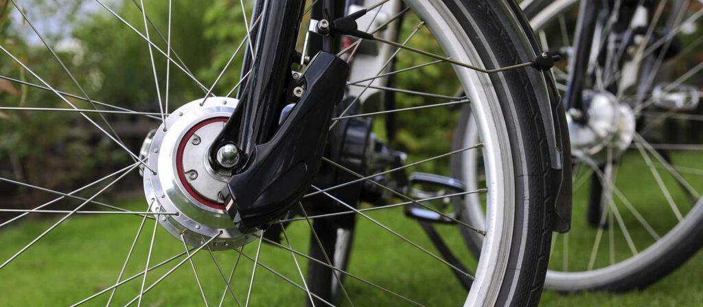 Le moteur vélo électrique : sur la roue avant du VAE